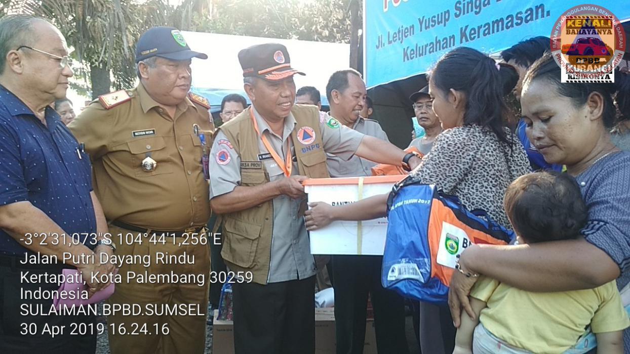Kepala Pelaksana BPBD Provinsi Sumatera Selatan Menyerahkan Bantuan Pada Korban Kebakaran Rumah di Letjen Yusup Singa Dekade RT 22 Kelurahan Keramasan