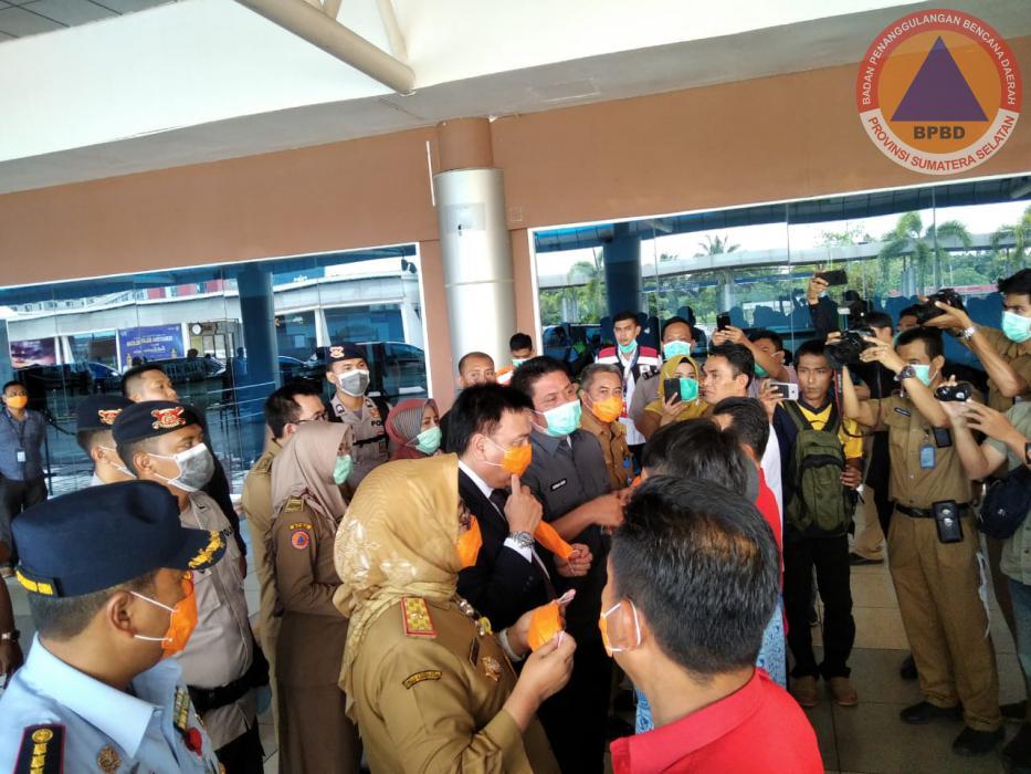 Kunjungan Kerja Gubernur Sumsel yang didampingi Sekda Sumsel & Kalaksa BPBD Prov. Sumsel Dalam Rangka Pencegahan Penyebaran Virus Corona di Bandara SMB II Palembang